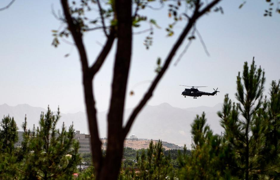 Ein US-Militärhubschrauber kreist über Kabul.