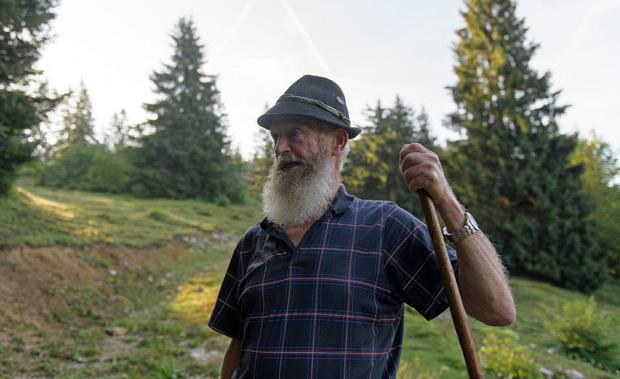 Über steile Hänge, Stock und Stein: Mit 77 Jahren lässt der fitte Taxauer beim Wandern manch jungen Besucher alt aussehen..