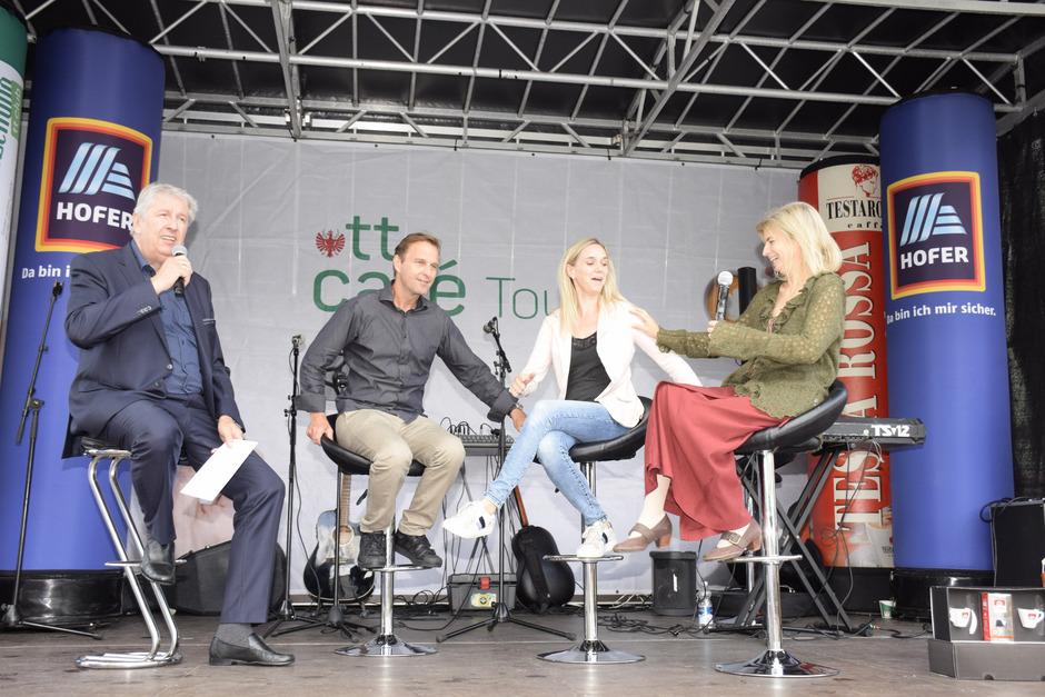 Fühlten sich auch der Bühne mit CR Mario Zenhäusern sichtlich wohl: Leopold Dallinger, Sandra Cirolini und Michaela Reith (v.l.).