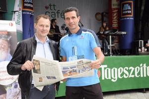 Simon Taxacher und Michael Bauer informierten sich vor dem Interview noch über die Neuigkeiten.