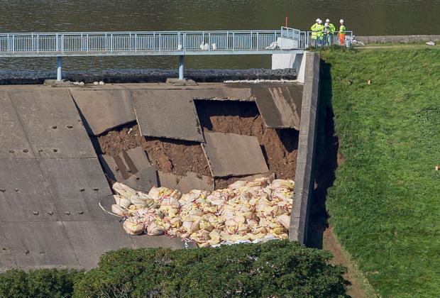 Weil der Damm zu brechen droht, mussten Tausende Bewohner ihre Häuser verlassen.