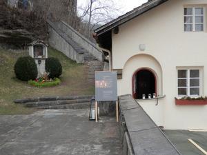 """Einer der Trauerräume ist zu Ostern beim """"Weg übers Bergl"""" in Imst eingerichtet."""