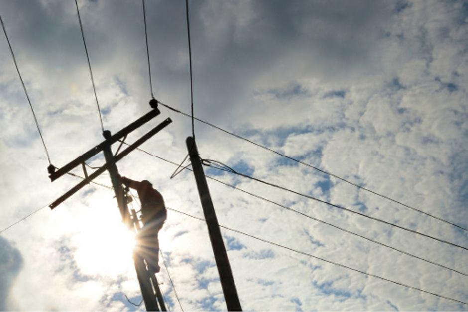 Ein Monteur war laut Anklage über die Gefahren bei der Demontage von Stromleitungen nicht unterrichtet worden und starb bei einem Unfall. (Symbolfoto)