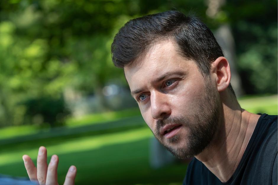 Angeregtes Gespräch auf einer Parkbank zwischen den Proben. David Hansen war schon mehrmals in Innsbruck zu Gast. Seine Nachbarn in Australien sind ausgewanderte Tiroler.
