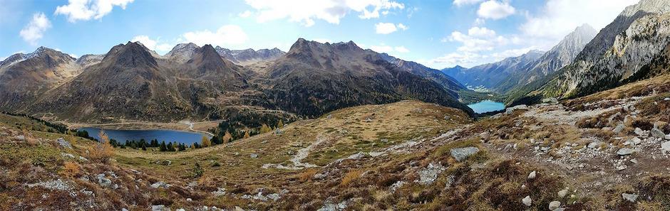 Blick auf zwei Länder: Vom Obersee in Osttirol führt die vierte Etappe des 2TälerTrails weiter zum Antholzersee in Südtirol (siehe unten).