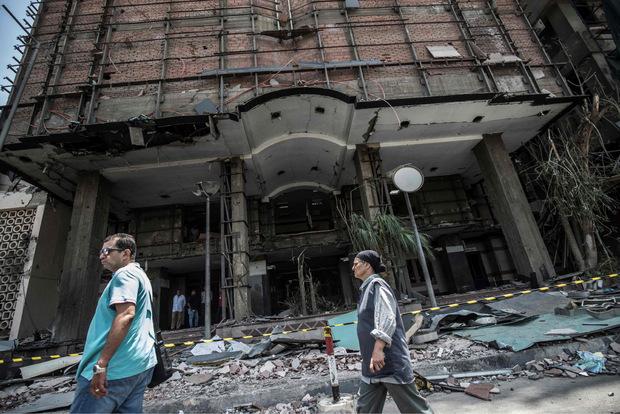 Ägyptische Medien berichteten unter Berufung auf Augenzeugen, in der Nähe des staatlichen Krebsforschungsinstituts NCI sei ein lauter Knall zu hören gewesen und Feuer ausgebrochen.