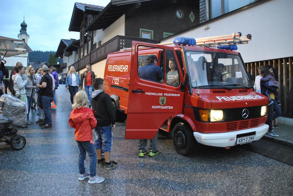 Großen Andrang gab es beim Feuerwehrauto, mit dem man eine Runde im Dorf mitfahren durfte.