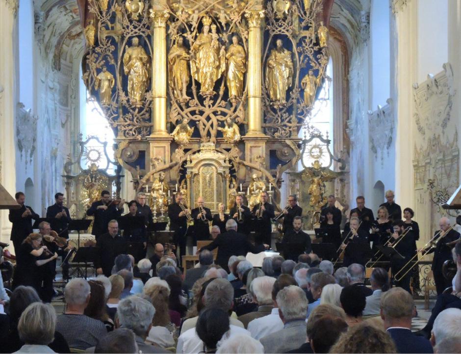 Solisten des Chors des Bayrischen Rundfunks, das Trompeten-Consort Innsbruck und ein Instrumentalchor unter Howard Arman in Stams.
