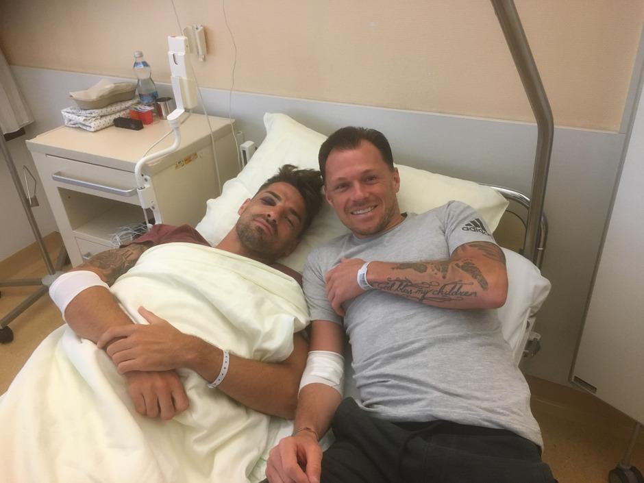 Teilen gegenwärtig nicht nur einen starken linken Fuß, sondern mit Knochenbrüchen im Gesicht auch ein Krankenhaus-Zimmer – WSG-Recke Flo Buchacher (l.) hat's noch schlimmer erwischt als Telfs-Routinier Marcel Schreter.