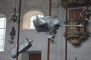 Im Maschendraht hängen Objekte, die gemeinsam mit Flüchtlingskindern entstanden.