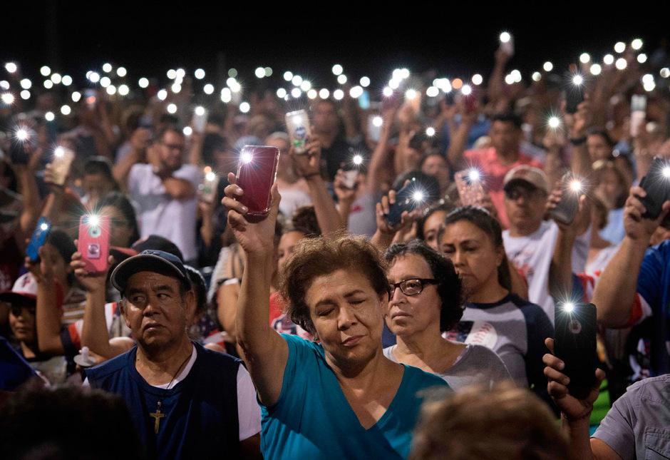Lichtermeer für die Opfer des rechtsextremen Attentäters von El Paso. Der 21-Jährige schoss in einem Walmart um sich und tötete 20 Menschen.