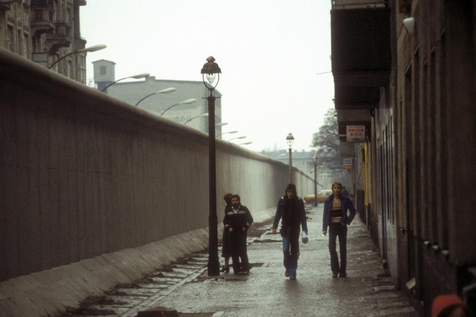 """Streifzüge am """"Schutzwall"""": Seine sensationelle Spurensuche """"Das Schlangenmaul"""" ließ Jörg Fauser 1984 in West-Berlin spielen."""