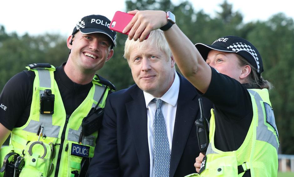 Der britische Premierminister Boris Johnson ließ sich indes bei einem vom brechen bedrohten Damm in England zu Selfies hinreißen.