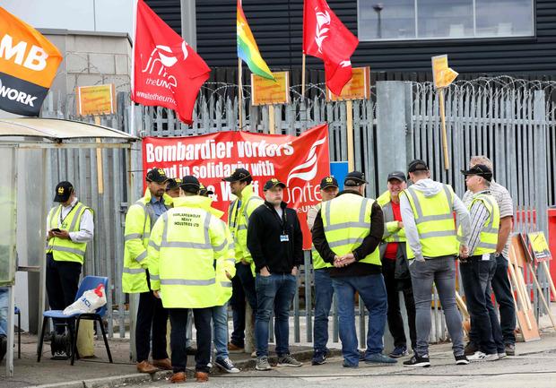Viele der verbliebenen Mitarbeiter hatten schon seit voriger Woche vor den Werfttoren ausgeharrt.