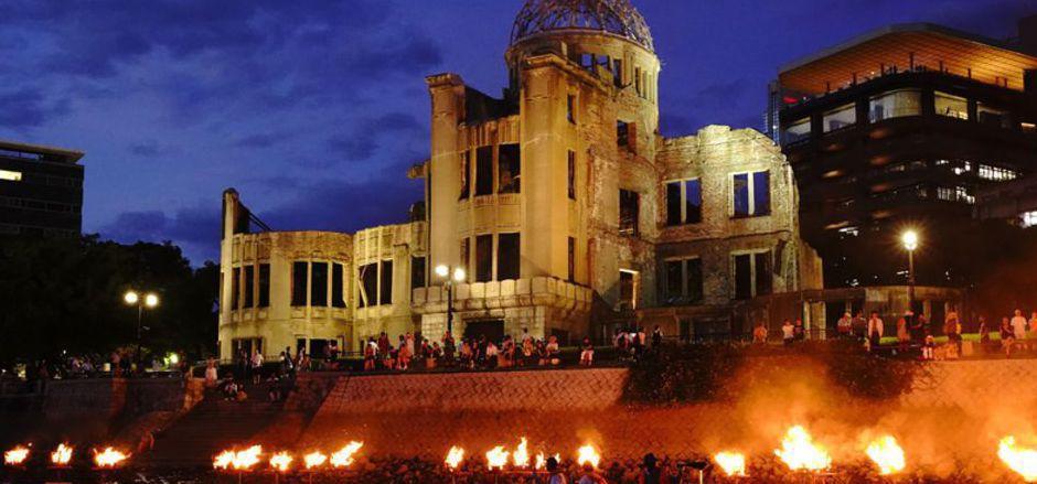 Schon am Tag zuvor fanden sich unzählige Menschen vor der Atombombenkuppel, dem Hiroshima-Friedensdenkmal in der japanischen Stadt ein.