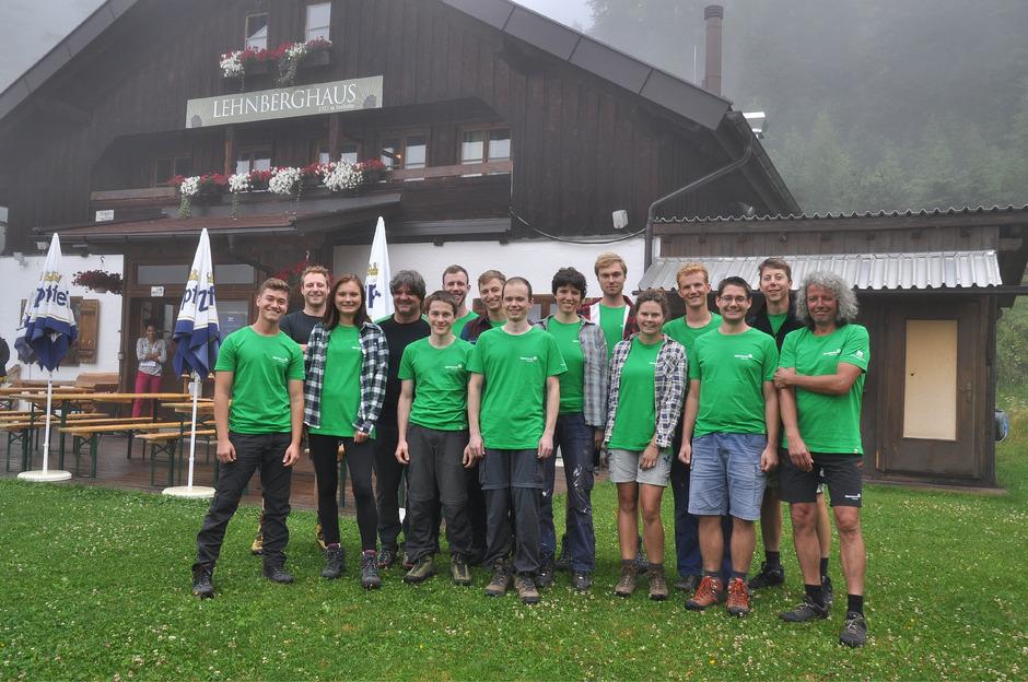 """Die zwölf Freiwilligen mit den Projektleitern Helmut Maier (r.) und Andreas Bstieler (4.v.l.) sowie dem Wegewart Andreas Schatz (2.v.l.) vor dem """"Basecamp"""", dem Lehnberghaus oberhalb von Obsteig."""