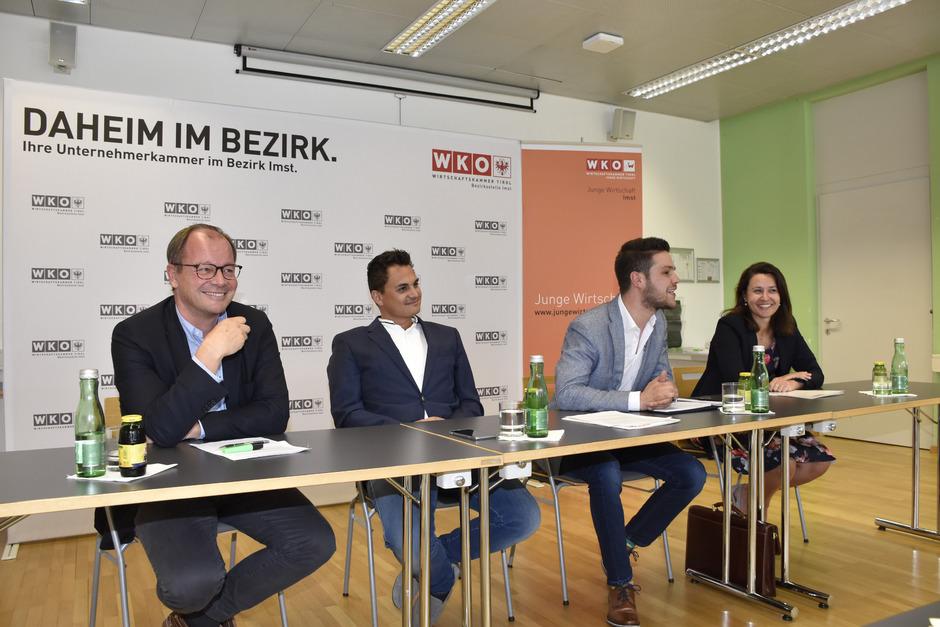 Der neue Vorsitzende der Jungen Wirtschaft Imst, Benedikt Kapferer (2.v.r.), präsentierte sich mit WK Obmann Josef Huber, seinem Vorgänger Thomas Höpperger und WK-GF Elena Bremberger (v.l.).