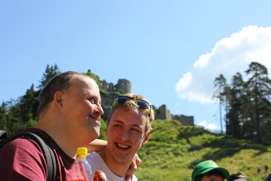 Natürlich dürfen auch Ausflüge wie zur Burg Ehrenberg nicht fehlen: Zivildiener Fabian Neurauter (r.) mit Klient Daniel Wencl.