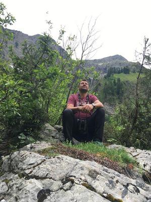 Wolfgang Fritz bei seiner liebsten Tätigkeit, dem Suchen nach Adlerhorsten in Tirol – im Bild im Tannheimer Tal.