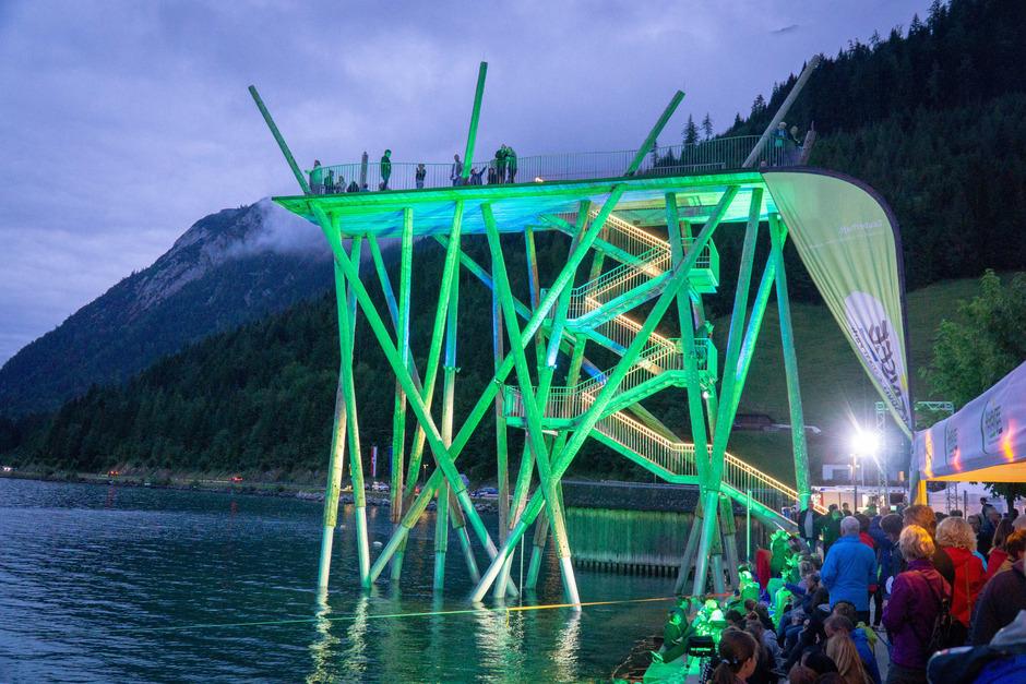 """Nicht wie üblich """"on the rocks"""" (auf Felsen), sondern auf dem 14 Meter hohen Hochsteg in Pertisau versammeln sich die Klippenspringer am Freitagabend, um das Publikum mit atemberaubenden Sprüngen in den Achensee zu beeindrucken."""