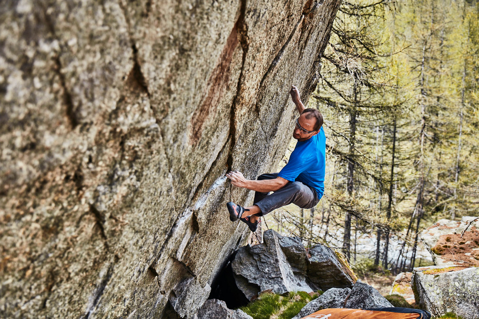 """Seine wiedererlangte Fitness nach schwerer Verletzung motiviert Bernd Zangerl aus Flirsch – wie hier im Tessin – zu neuen Herausforderungen. Am  Samstag kürt er mit acht Profis in Galtür Kletterer bei der Boulder-Jam """"All Senses – Meister der Sinne""""."""