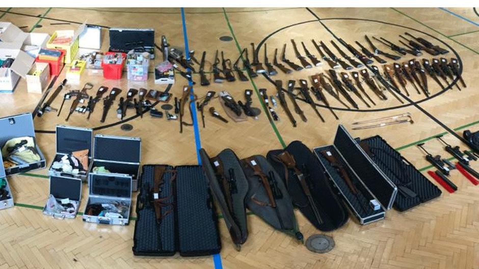 Die Polizei stellte über 100 Waffen sicher.