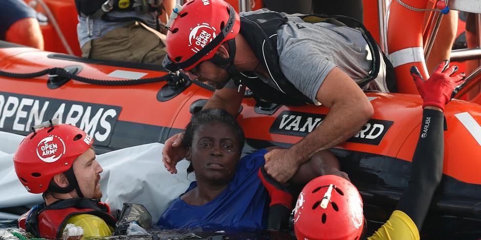 Derzeit harrt das Schiff der spanischen Organisation Proactiva Open Arms unweit der italienischen Insel Lampedusa mit Dutzenden geretteten Migranten an Bord aus.