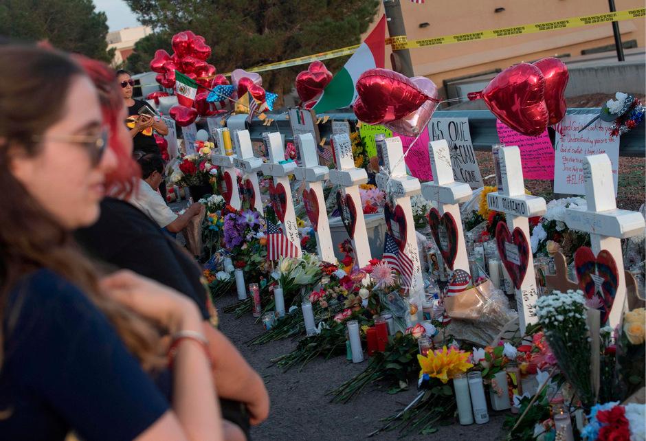 Gedenken an die Opfer vor einem Walmart in El Paso. Der Schütze soll dort gelandet sein, weil er sich verfahren hatte und hungrig war.