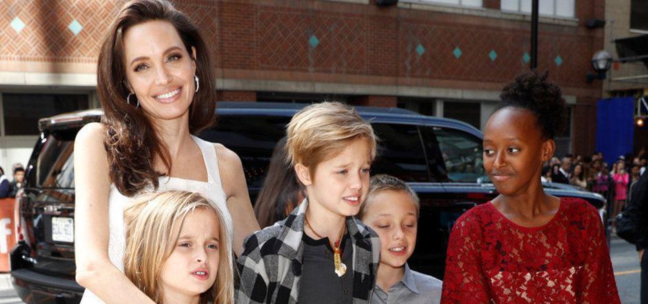 Angelina Jolie mit ihren drei Töchtern Vivienne (11), Shiloh (13) und Zahara (14) sowie Sohn Knox Leon (11) vor zwei Jahren.