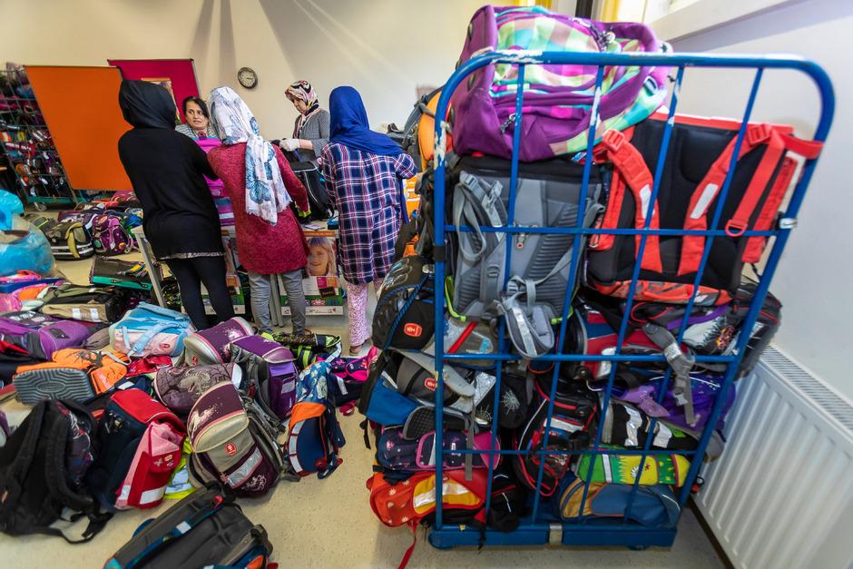 554 Schultaschen kamen heuer wieder zusammen. Sie wurden von fleißigen Helfern überprüft und gereinigt.