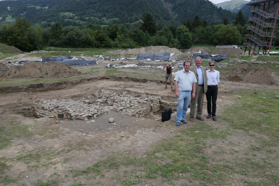Grabungsleiter Michael Tschurtschenthaler, Vereinsobmann Leo Gomig und Werner Lamprecht nahe den freigelegten Fundamenten der Kultstätte (v.l.).