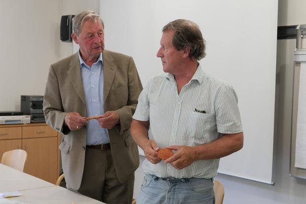 Gomig und Tschurtschenthaler besprechen Fundstücke.