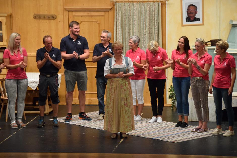 Margit Schlapp (Mitte) ist Schauspielerin mit Leib und Seele. Zum 80. Geburstag überraschten sie ihre Kollegen auf der Bühne.