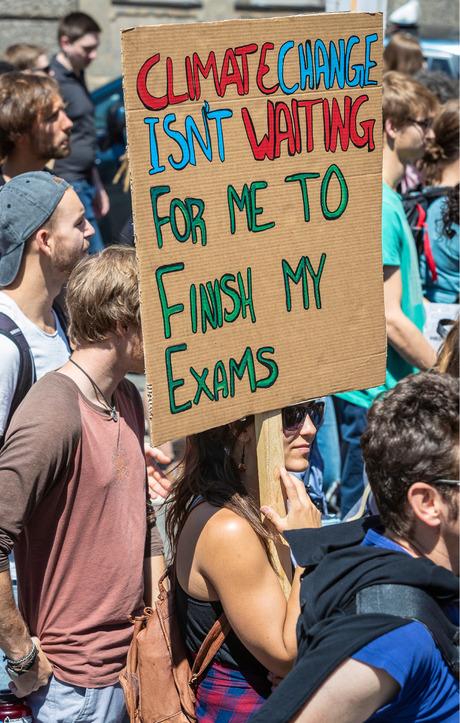 """""""Klimawandel wartet nicht darauf, dass ich mit meinen Prüfungen fertig bin"""" ist ein vielverwendeter Leitsatz bei den Fridays for Future-Demos."""