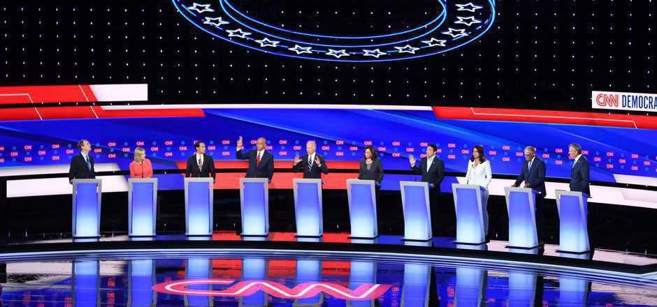 TV-Debatte der Demokraten. In der Mitte Joe Biden (mit den Händen vor der Brust). Der Führende in den Umfragen steht unter Dauerbeschuss durch den progressiven Parteiflügel.