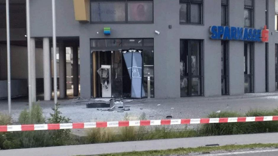 Die Unbekannten zerstörten den Bankomaten in Nußdorf und konnten vorerst unerkannt fliehen.