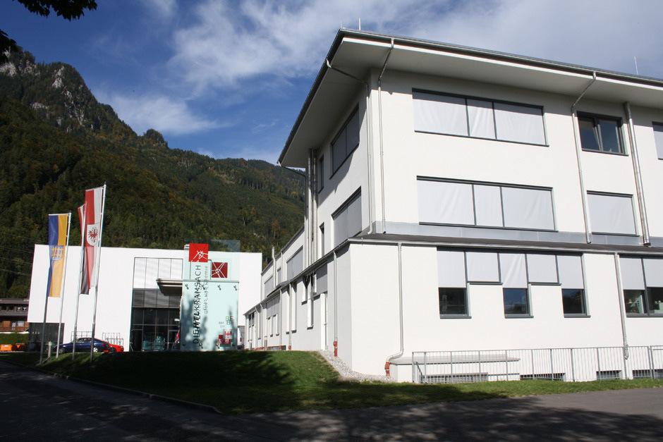 Die Sanierung des Speisesaals und des Internatsgebäudes der HTL in Kramsach werden empfindlich teurer – für Land und Bund.