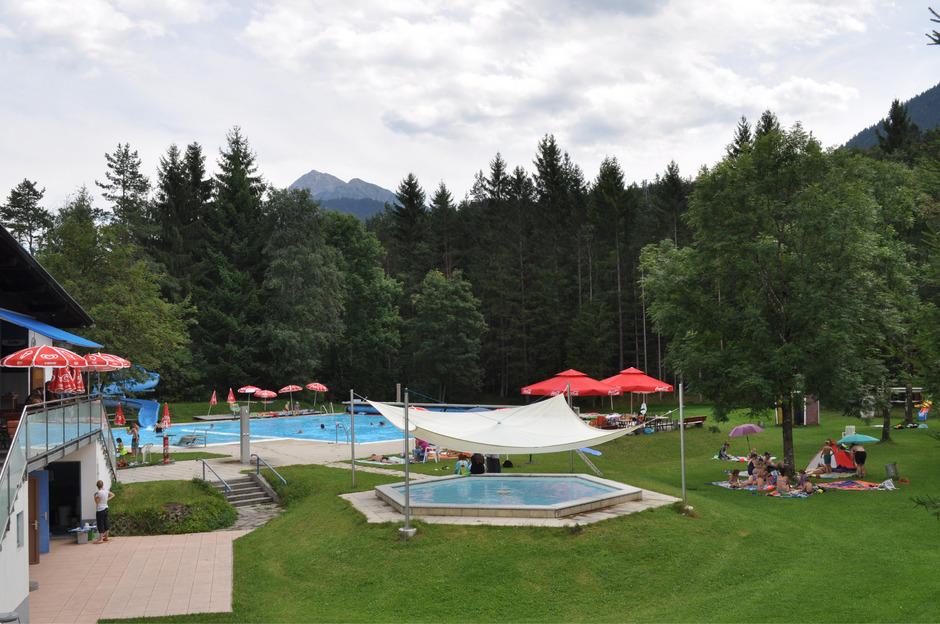 Obwohl in die Jahre gekommen, hat das Schwimmbad von Weißenbach bei den Stammgästen einen hohen Stellenwert.