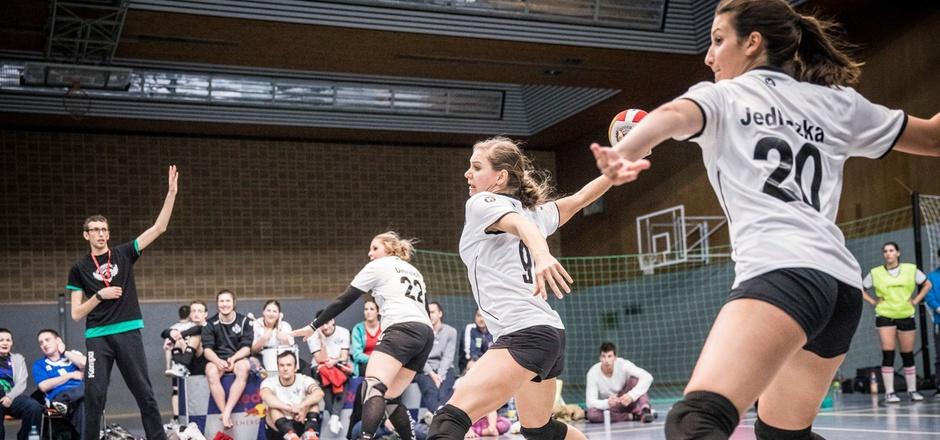 Mit dem Dodgeball-Nationalteam holte die Innsbruckerin Catrin Weber (M.) kürzlich EM-Gold, in Österreich ist der Sport noch unbekannt.