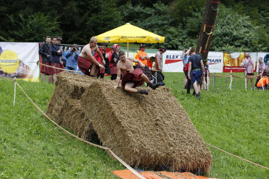 Ein Hauch von Schottland zieht in Hopfgarten ein, wenn die verschiedenen Clans den Hindernisparcours am Festplatz bewältigen müssen.