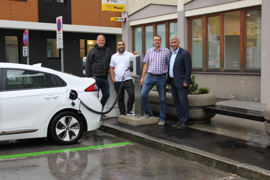 Inbetriebnahme der E-Tankstelle mit Christoph Mallaun (E-Werk Prantl), Gemeinderat Turgay Kilicer, Umweltberater Mario Huber und BM Dietmar Wallner (von links).