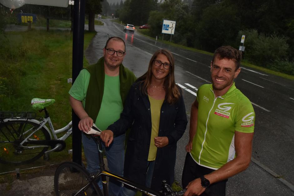 Gebi Mair (r.) fand nach einem Regenguss auf seiner (Rad-)Tour durch Tirol Unterschlupf in einem Wartehäuschen. Er traf mit Regina Karlen und Martin Rauter in Pflach am Kreisverkehr zusammen, wo die Grünen gegen den Ausweichverkehr zur Demo gerufen hatten