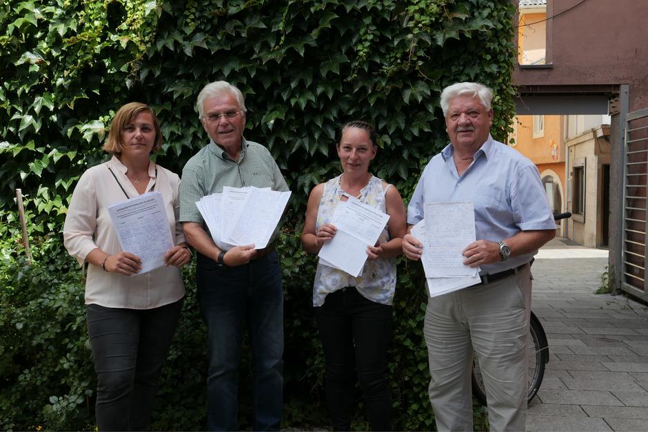 Sammeln Unterschriften für das System von Gernot Walder: Illy Ladstätter, Heinz Mellitzer, Sabine Walder und Gerhard Passler (v.l.).