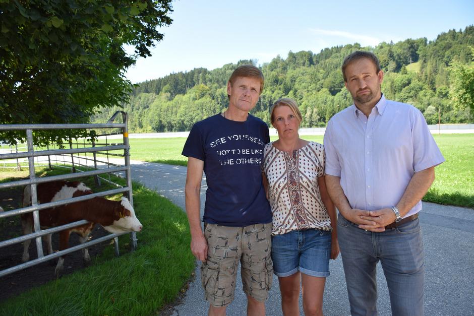 Für die Vollzeitlandwirte Georg und Sandra Ehrenstrasser sowie Ortsbauernobmann Georg Horngacher (v.l.) würde die Baustelleneinrichtung auf ihren Feldern (im Hintergrund) zum Ende ihres Daseins als Rinderbauern führen.