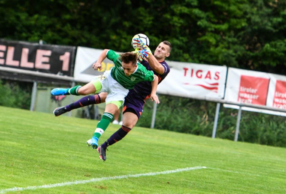 Der Völser Valentin Petrov (l.) konnte Kirchbichl-Schlussmann Rudolf Obernauer nur einmal bezwingen und verlor das Auftaktspiel in der Tiroler Liga zuhause 1:3.