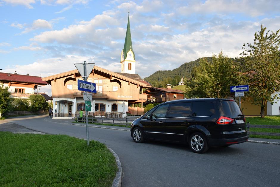 Die Austraße ist nur eine von mehreren Wegen ins Dorf, auf denen die Laser-Säulen schon bald im Einsatz sein könnten.