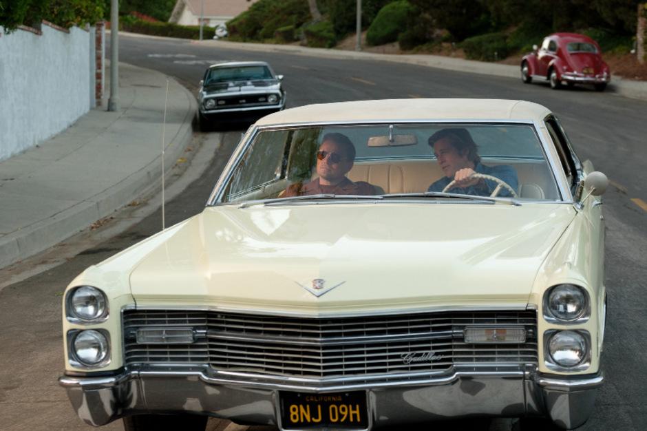 """Mister Dalton und sein Chauffeur: Leonardo DiCaprio und Brad Pitt spielen in Quentin Tarantinos """"Once Upon a Time ... in Hollywood"""" zwei Traumfabrik-Arbeiter, die drohen, aus der Zeit zu fallen.<span class=""""TT11_Fotohinweis"""">Foto: Sony</span>"""