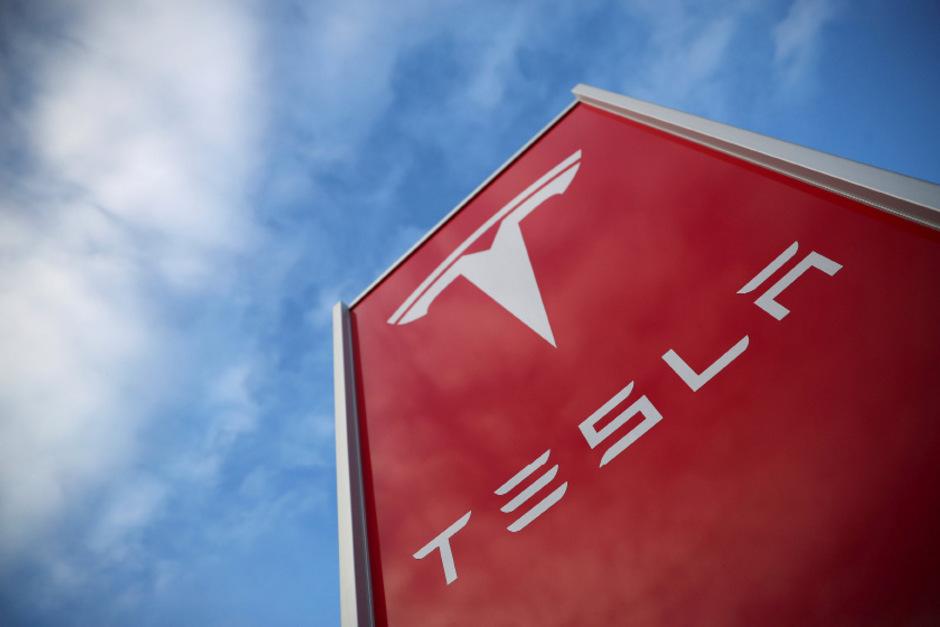 Tesla soll versucht haben mit einem  Software-Updates die Leistungsfähigkeit des Akkus beziehungsweise die Reichweite älterer Fahrzeuge des Typs Model S und Model X absichtlich zu verringern..
