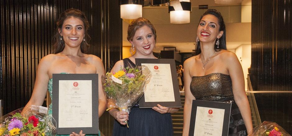 Strahlende Siegerinnen: Dioklea Hoxha (2. Platz), Grace Durham (1. Platz) und Theodora Raftis (3. Platz). Die Österreicherin Miriam Kutrowatz gewann unter anderem den Publikumspreis.