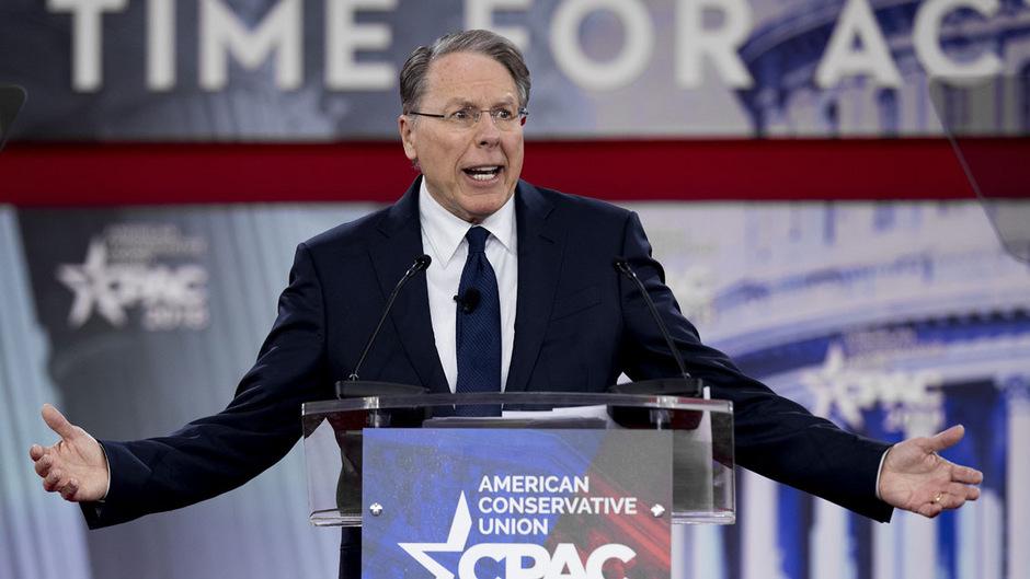 NRA-Chef Wayne LaPierre behauptet, strengere Waffengesetze würde nicht zu weniger Waffengewalt führen.